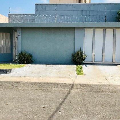 Casa Nova, excelente localização. 03 suites, piscina